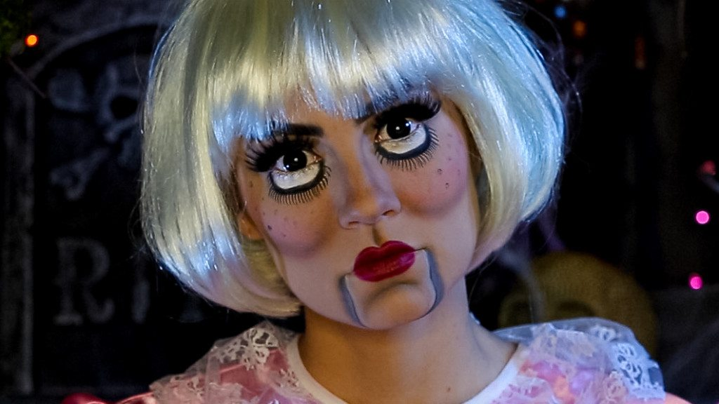 Video: Creepy Doll Halloween Makeup Tutorial